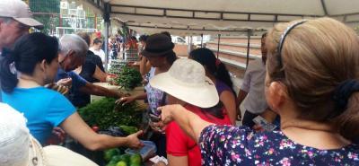 Este es un espacio en el que los pequeños productores agrícolas locales venden lo que cosechan a precios cómodos y sin intermediarios.