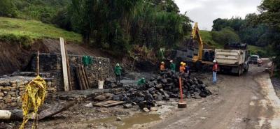 Avanzan los trabajos en la vía que lleva de Oiba a Guadalupe, en especial donde se presentan fallas geológicas. El Gobernador Didier Tavera anunció que están garantizados los recursos.
