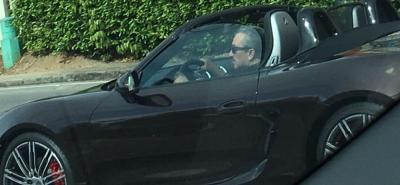 Rechazo en redes sociales a foto del ex gobernador Hugo Aguilar conduciendo un Porsche