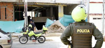 Funcionarios de la Sijín analizan varios videos de cámaras de seguridad del lugar donde ocurrió el atraco, con el fin de esclarecer los hechos e identificar a los delincuentes.