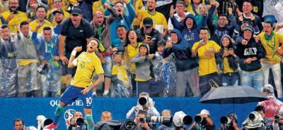 Brasil, de la mano de su estrella Neymar, doblegó 3-0 a su similar de Paraguay en Sao Paulo, llegando a 33 puntos y haciéndose inalcanzable en el tope de la tabla de la Eliminatoria continental.