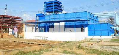 La planta es una estructura metálica con recubrimiento en fibra de vidrio y una torre de aireación para tratar caudales del embalse La Cañada.