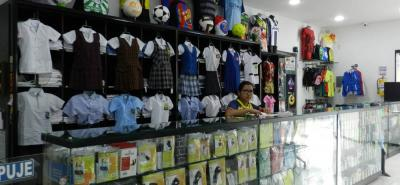 Jhercar fabrica y vende uniformes de diario para colegios y uniformes y elementos deportivos.