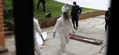 Funcionarios de la Unidad Móvil del Laboratorio de Criminalística de la Sijín realizaron el levantamiento del cadáver, el cual fue llevado a Medicina Legal.