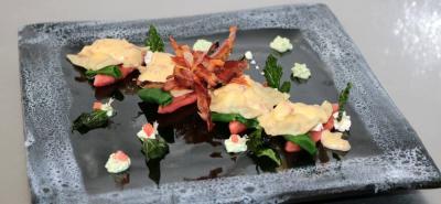 Raviolis rellenos de tomate y queso en salsa carbonara
