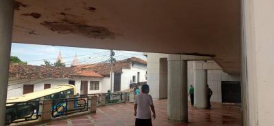 La humedad que se registra en los techos de la edificación salta a la vista, y ha empañado la imagen de la Biblioteca Municipal Eloy Valenzuela.