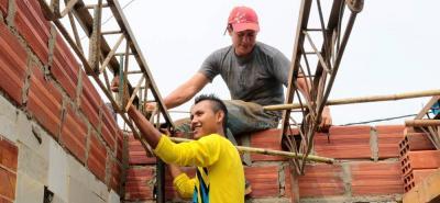 Henry Quevedo Moreno (camisa amarilla), ahora disfruta de su libertad y trabaja en construcción con su padre.