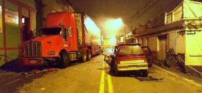 Totalmente destruido quedó el automóvil Tico, de placas DUC -022, que colisionó contra una tractomula que transportaba gaseosa, sobre la vía nacional a su paso por el Socorro.