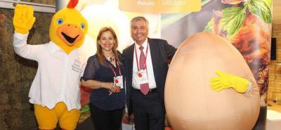 Martha Ruth Velásquez Quintero, directora Ejecutiva Fenavi Santander, y Alejandro Banda.