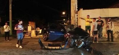 Por fortuna, el joven de 18 años que conducía el vehículo accidentado resultó solo con heridas menores. Las autoridades investigan el hecho.