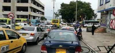 Caos total en la carrera 27 con calle 56 de Bucaramanga por semáforos que no sirven