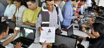 Según el estudio, los jóvenes, por falta de experiencia, se demoran más en conseguir trabajo.