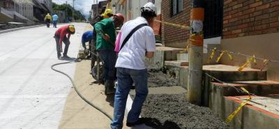En algunos tramos de la calle 9, en el barrio Fátima del Socorro, se inició la construcción de andenes, pero falta un adicional para culminar la obra. Se espera que la Alcaldía haga el adicional.