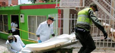 El responsable del asesinato roció límpido en el cuerpo y lo cubrió con una sábana. Los vecinos afirman que en el inmueble no había cortinas en las ventanas, pero hoy instalaron unas.