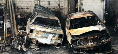 Dos vehículos y una moto se quemaron tras incendio en un taller en Bucaramanga