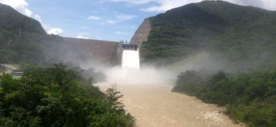 Tres de las cuatro compuertas de la Hidroeléctrica Sogamoso permanecen abiertas a 2 metros de altura, con el fin de bajar los niveles del embalse, que llegaron a su máxima cota.