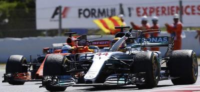 El piloto británico Lewis Hamilton logró ayer su segunda victoria de la temporada en el Gran Premio de Fórmula Uno en Barcelona, y se acercó a seis puntos del liderato del Mundial de Pilotos que encabeza el alemán Sebastian Vettel, quien ayer terminó segundo en el circuito de Montmeló.