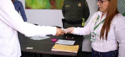 María del Pilar Flórez, secretaria de Seguridad de Girón, entregó el pago de recompensa por valor de $5 millones.