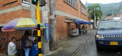 En la carrera 9 con calle 9 del centro de Piedecuesta, padres de familia del colegio Balbino García denuncian el mal estado de los andenes y los accesos peatonales.