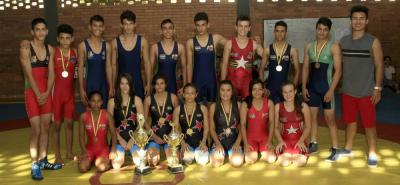 Esta es parte de la delegación de Santander que se destacó en el Campeonato Nacional de Lucha Olímpica categoría cadetes cumplido en Santa Marta.