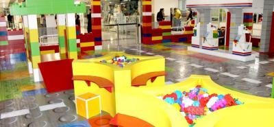 Entre los productos se destacan las piñatas, letreros de cumpleaños, decoración de tortas, centros de mesa, dibujos a gran escala y en tercera dimensión, entre otros.