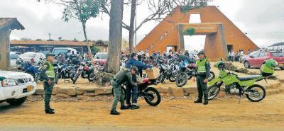 Los sitios más concurridos en el sector de la Mesa de Los Santos como el Mercado Campesino, la vía al teleférico de Panachi y Acuarela son objeto de controles por parte de la Policía.