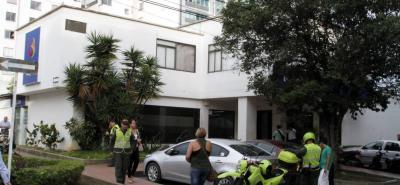 Funcionarios de la Unidad Móvil del Laboratorio de Criminalística inspeccionaron el sitio de los hechos en busca de evidencias.