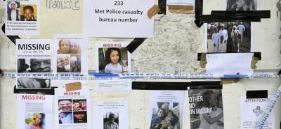 Familiares cotinúan en búsqueda de víctimas desparecidas en el incendio de la torre Grenfell en el centro deportivo de West Gate en Londres.