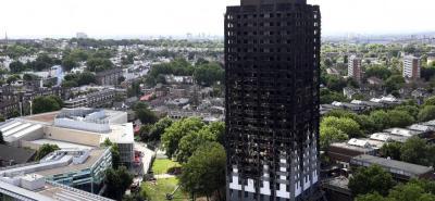 La torre incendiada tiene 24 plantas y en sus apartamentos vivían entre 400 y 600 personas.