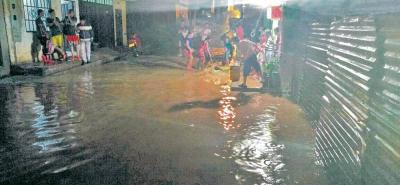 Armados con baldes, escobas y recogedores, habitantes de siete sectores en Lebrija, el pasado martes en la noche tuvieron que evacuar el agua que se filtró a sus casas.