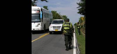 La Policía de Carreteras atendió el caso y tuvo que cerrar durante casi una hora la vía, mientras realizaba la atención al motociclista, quien después murió.