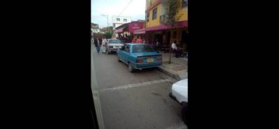 Pese a que en la zona hay la presencia de Reguladores Viales, los conductores informales siguen dejando mal estacionados los vehículos en los alrededores del puente La Batea.