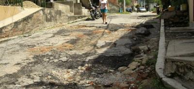 Los enormes huecos han sido tapados con escombros por parte de la ciudadanía, debido a que hay un serio riesgo de accidentes.