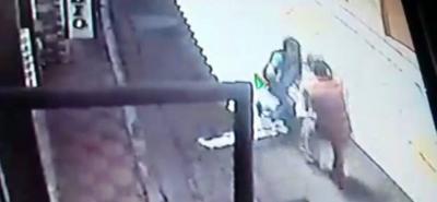 """En cámaras de seguridad quedaron registradas las dramáticas escenas de la agresión de que fue víctima Leonidas Suárez Roa, por parte de Jorge Morales Castro, alias """"Maco"""", en el Socorro."""