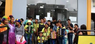 En lugar de arengas y pancartas, la protesta del sector cultural utilizó la música, el baile y el teatro para llamar la atención de la Alcaldía en sus peticiones.