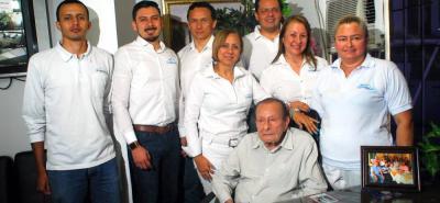 Isidoro Rey, fundador de Industrias La Esmeralda, junto con sus hijos, con quienes trabaja cada día para hacer crecer la compañía.