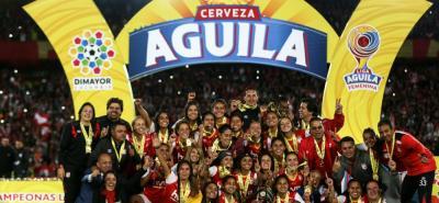 Como lo hiciera en 1948 en la primera liga masculina, Independiente Santa Fe volvió a hacer historia en el balompié colombiano, al coronarse como el primer campeón de la Liga de Fútbol Profesional femenino, tras vencer al Atlético Huila por 2-1 en Neiva y 1-0 en Bogotá.