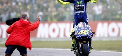 El piloto italiano Valentino Rossi volvió ayer a la victoria en la máxima categoría del motociclismo mundial, al imponerse en el Gran Premio de Holanda en Assen.