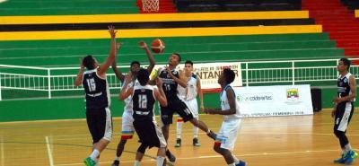Ayer, en duelo de la tercera jornada del Torneo Nacional de Baloncesto categoría Sub 20, Cóndores (negro) venció 55-47 a Cundinamarca B.