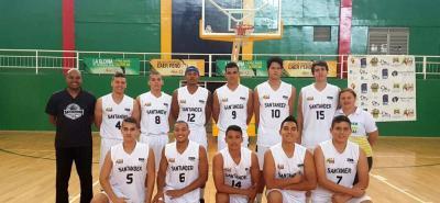 Este es el equipo Santander A que lidera de forma invicta el Torneo Nacional de Baloncesto categoría Sub 20 que se disputa por estos días en Bucaramanga.