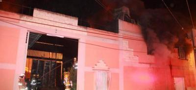 13 máquinas de bomberos y 40 hombres atendieron la emergencia en una bodega ubicada en zona aledaña a Cenfer.