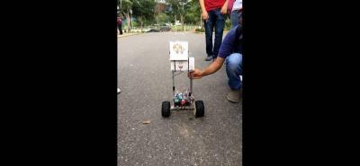 Cada robot cuenta con un computador en su interior y sensores a cada lado que les permite determinar los lugares de parqueo que están disponibles. Su programación brinda la posibilidad de adecuarlo a las especificaciones de terreno de cada parqueadero del campus.
