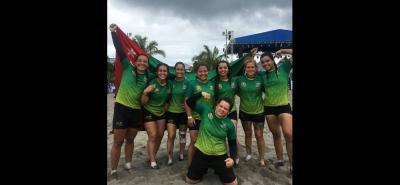 Este es el equipo femenino de rugby playa de Santander que se coronó campeón en los Juegos Nacionales de Mar y Playa.