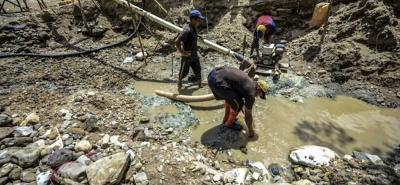 La zona esta controlada por las bandas dedicadas a la explotación ilegal de oro, que mantienen el control de las poblaciones.