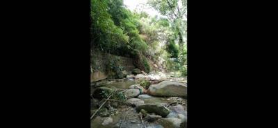 Un muro, a un lado de la quebrada Río Frío, que cruza por el sector de Plazuela Cañaveral, ha sufrido socavación.