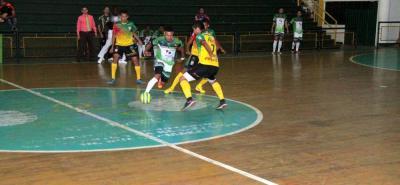 Independiente Indersantander (amarillo) derrotó 4-1 a Caporos del Sinú y se metió de lleno en la pelea por un cupo a los octavos de final de la Copa Profesional de Microfútbol.