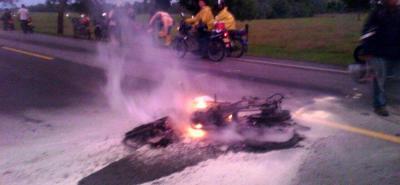 Dos motociclistas mueren incinerados tras choque en vía de Santander