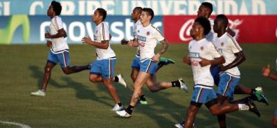 Colombia ultima detalles para el partido de mañana ante Venezuela. El equipo tricolor viajará por tierra desde Cúcuta. Ayer se conoció que la Fifa enviará un veedor especial que acompañará al combinado en su paso por la frontera por Ureña y rumbo a San Cristóbal.