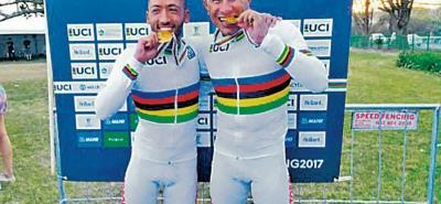 La dupla conformada por Javier Serna (izquierda) y Marlon Pérez se proclamó campeona del mundo en la prueba de fondo en carretera del Mundial de Paracycling en modalidad támden.