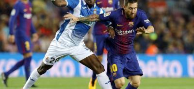 El Barcelona goleó al Espanyol (5-0) en el Camp Nou y se situó como líder de la Liga española, en un encuentro en el que brilló con luz propia el argentino Leo Messi, autor de un triplete. Dos goles del rosarino en el primer tiempo y otro más tras la reanudación dejaron sentenciado un partido que se cerró con los tantos de Gerard Piqué y Luis Suárez en la recta final.